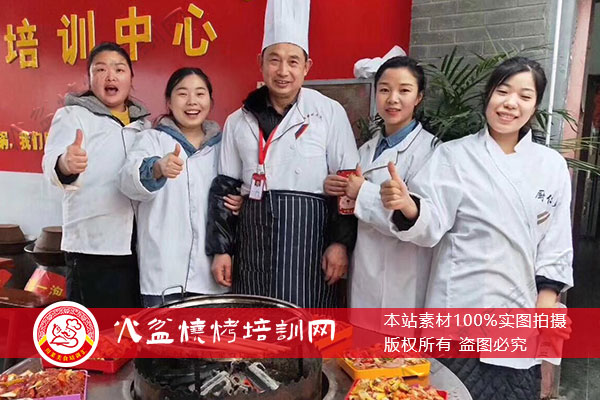 火盆烧烤学员与教学老师留影