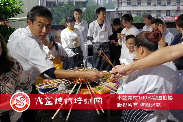 学员品鉴自己做的火盆烧烤